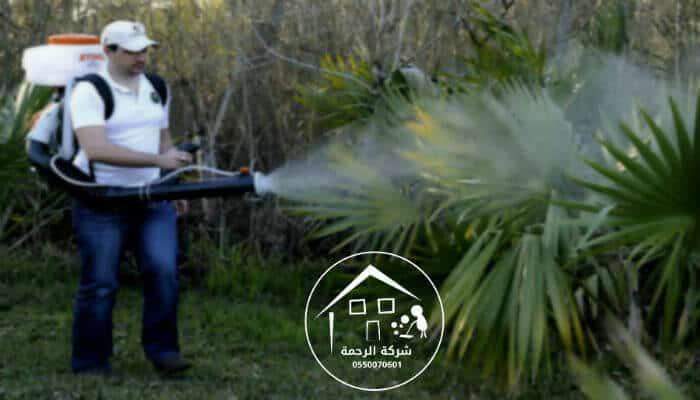 عامل يرش مبيدات