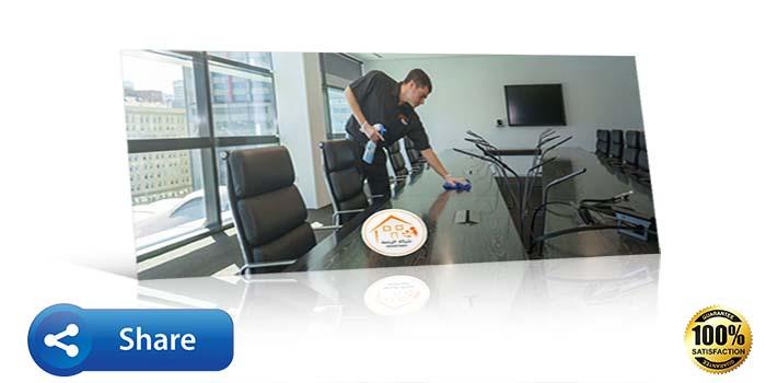 عامل ينظف مكتب و يلمعه